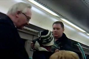 Δεν είχε εισιτήριο και… τον πέταξε έξω άλλος επιβάτης