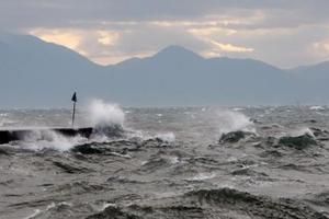 Ψάχνουν 27χρονο που παρέσυραν τα κύματα ενώ ψάρευε