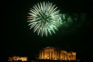 Με πυροτεχνήματα και μουσική η υποδοχή του 2012 στην Αθήνα