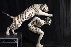 Θαρραλέα μοντέλα ποζάρουν γυμνά δίπλα σε άγρια ζώα