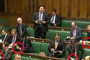 Εξαρτημένοι από το smartphone (και) οι βρετανοί βουλευτές