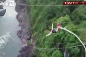 Έπεσε σε ποτάμι με κροκόδειλους όταν κόπηκε το σχοινί του bungee jumping