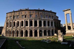 Παλάτι-μικρογραφία του Κολοσσαίου ψάχνει αγοραστή