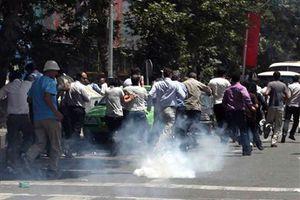 Στους δρόμους οι διαδηλωτές για την εκτέλεση του σιίτη ιερωμένου