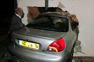 Αυτοκίνητο διαπέρασε το τοίχο του σπιτιού της!
