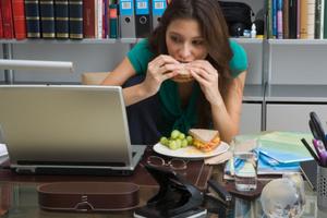 Τα πιο συχνά λάθη στο φαγητό εν ώρα εργασίας