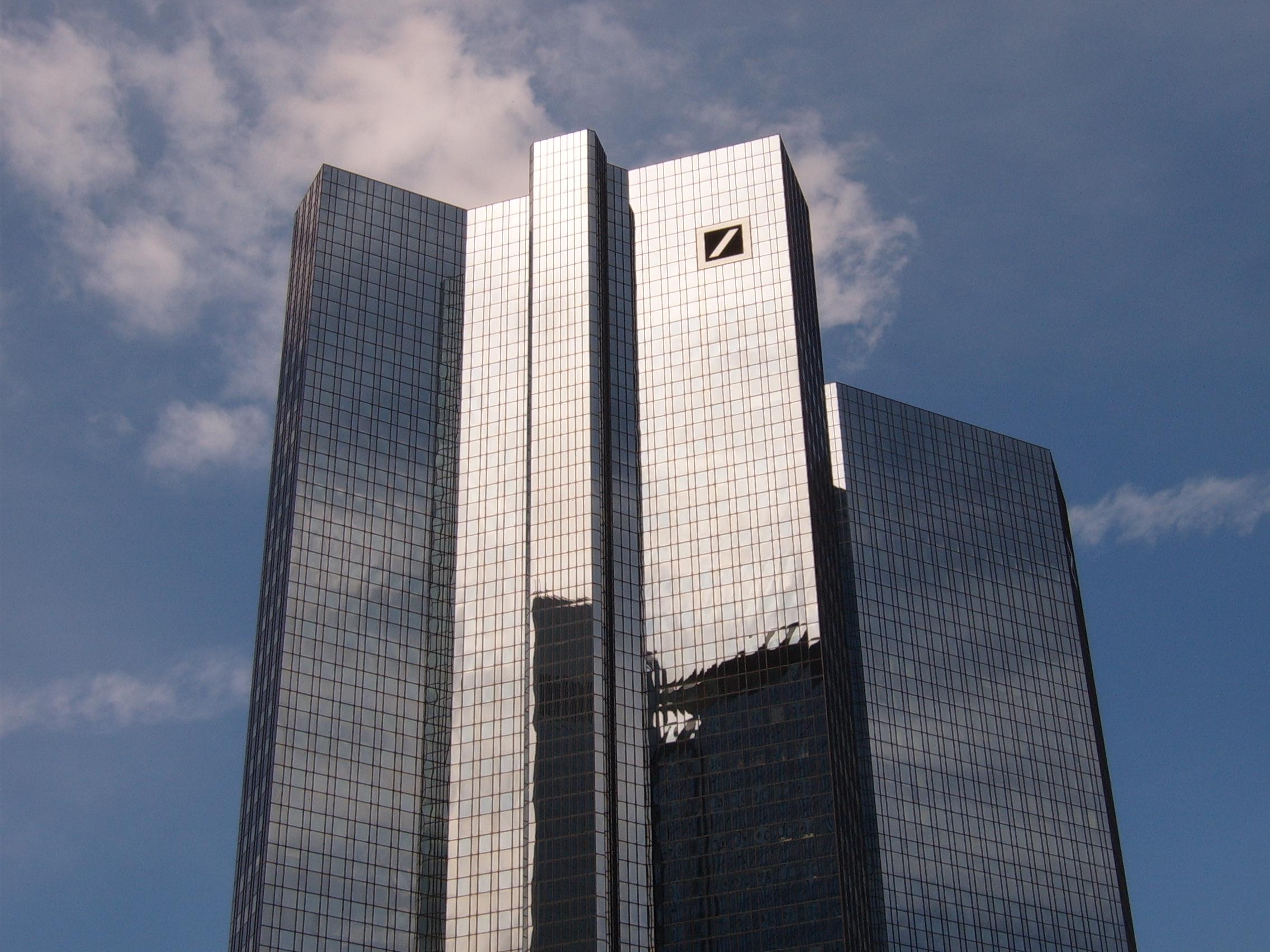 Γιατί η Deutsche Bank τρομάζει τους επενδυτές και τη Γερμανία