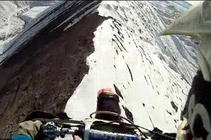 Motocross στη κορυφή ενός χιονισμένου βουνού!