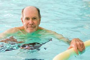 Ωφέλιμο για τους ηλικιωμένους το κολύμπι στην πισίνα