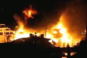 Στις φλόγες 7 σκάφη στη Μαρίνα Αλίμου