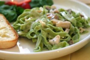 Πράσινα νούντλς με φασολάκια και προσούτο