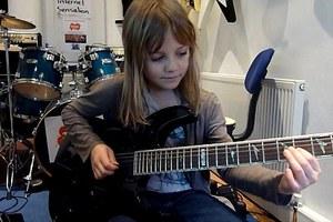 Μία 8χρονη «ροκάρει» τρελά!