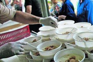 Φαγητό σε οικονομικά αδύναμους πολίτες από το δήμο Κορινθίων