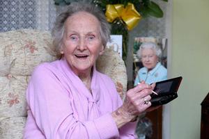 Η 100χρονη που βάζει «φωτιά» στα πλήκτρα!