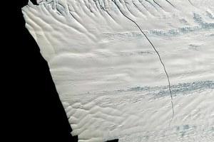 Πλησιάζει η γέννηση του μεγαλύτερου παγόβουνου