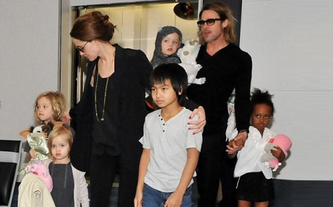 Στην Ατζελίνα Τζολί η προσωρινή επιμέλεια των έξι παιδιών της με τον Μπραντ Πιτ