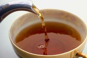 Ζεστό τσάι με τσίπουρο και μέλι