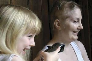 ΄Εκοψε τα μαλλιά της μητέρας της πριν από τη χημειοθεραπεία