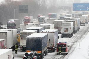 Αποκλεισμένοι, λόγω χιονιά, δεκάδες άνθρωποι σε αυτοκινητόδρομο στο Βελιγράδι