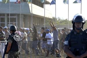 Πετροπόλεμος πριν την άφιξη του πρίγκιπα Χάρι στο Ρίο