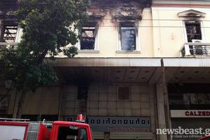Αναζωπυρώθηκαν εστίες φωτιάς στο κτίριο του «Αττικόν»