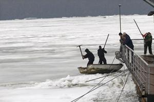 Μεγάλα κομμάτια πάγου πλέουν στο Δούναβη