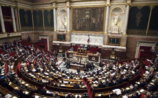 Πέρασαν τελικά στη Γαλλία τα αμφιλεγόμενα νομοσχέδια κατά των «fake news»