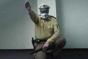Γερμανός αστυνομικός χαιρετά ναζιστικά!