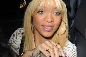 Η Rihanna ενσαρκώνει τη μεγάλη ντίβα της ποπ