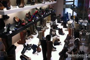 Ακόμη και με 7 ευρώ πουλάνε παπούτσια στο κέντρο της Αθήνας!
