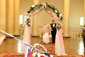 Η νύφη που τα μοιράστηκε... όλα με τους καλεσμένους της