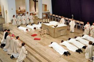 Άντρες παρατάνε την καριέρα τους για να γίνουν ιερείς