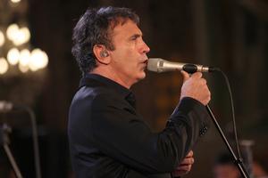 Ο Γιώργος Νταλάρας τραγουδά Κουγιουμτζή στην Ακτή Πειραιώς