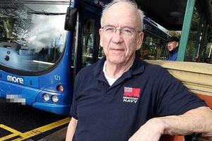 Κατέβασε τους επιβάτες από το λεωφορείο για λίγο χυμένο καφέ