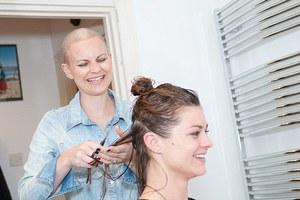 Χάρισε τα μαλλιά της στη φίλη της που πάσχει από καρκίνο
