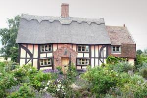 Το... «στραβό» σπίτι πωλείται για 375.000 λίρες!