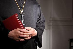 Παραιτήθηκε ο ιερέας που έδειξε gay πορνό σε γονείς