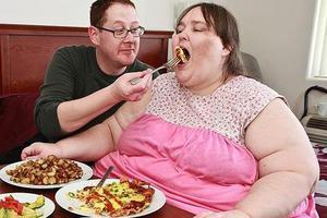 Θέλει να γίνει η πιο παχύσαρκη γυναίκα στον κόσμο