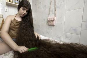 Δεν έχει κόψει ποτέ τα μαλλιά της