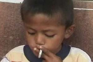Οκτώ χρονών εθισμένος στο κάπνισμα!