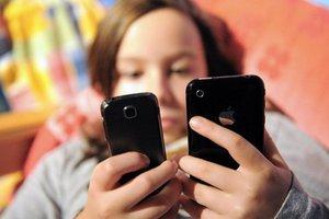 Ένας μέσος έφηβος στέλνει 60 sms τη μέρα