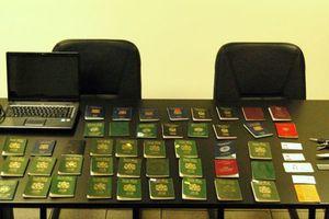 «Φάμπρικα» πλαστών διαβατηρίων στο κέντρο