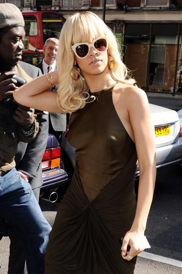 Rihanna5 ΔΕΙΤΕ: Η Rihanna μόνιμα «τσακωμένη» με το σουτιέν!
