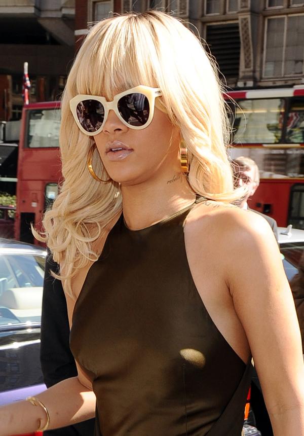 Rihanna6 ΔΕΙΤΕ: Η Rihanna μόνιμα «τσακωμένη» με το σουτιέν!