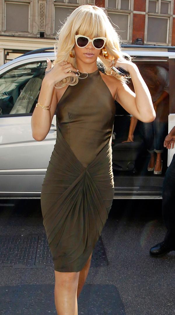 Rihanna8 ΔΕΙΤΕ: Η Rihanna μόνιμα «τσακωμένη» με το σουτιέν!
