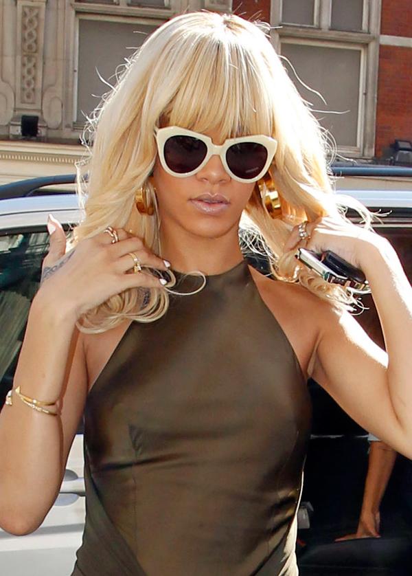 Rihanna9 ΔΕΙΤΕ: Η Rihanna μόνιμα «τσακωμένη» με το σουτιέν!