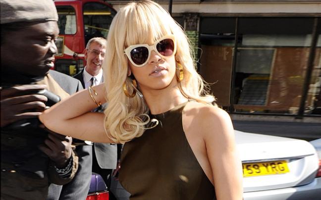 Rihannan1 ΔΕΙΤΕ: Η Rihanna μόνιμα «τσακωμένη» με το σουτιέν!