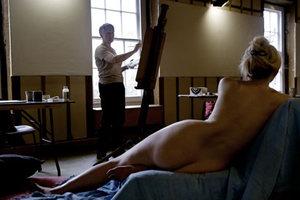 Ποζάρετε γυμνοί για 1.000 ευρώ το μήνα