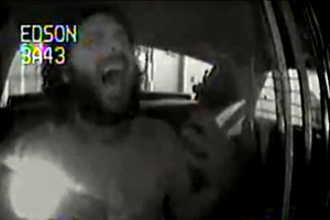 Μεθυσμένος κρατούμενος τραγουδά στο πλήρωμα περιπολικού!