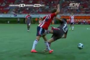 Ποδοσφαιριστής κλωτσάει τον αντίπαλό του στα γεννητικά του όργανα!